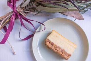 ドライフラワーと皿の上のチーズケーキの写真・画像素材[4157749]