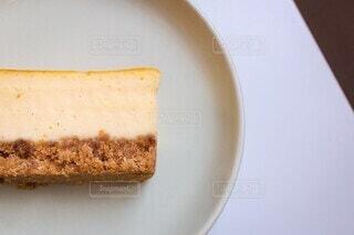 皿の上のチーズケーキの写真・画像素材[4157748]
