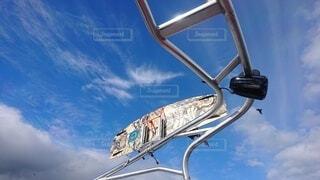 空,鳥,屋外,雲,ボート,青空,晴天,ウェイクボード,板,日中,ボード,ウェイク