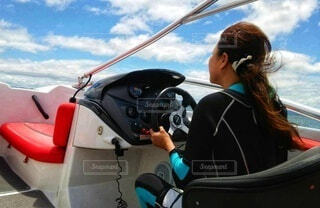 青空の中、ボートを運転する人の写真・画像素材[4467659]