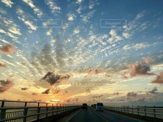 風景,海,空,橋,屋外,太陽,雲,夕焼け,夕暮れ,沖縄,マジックアワー,帰り道