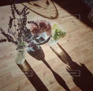 花,屋内,花瓶,テーブル,床,植木鉢,食器,観葉植物,木目,草木,ラベンダー 庭の花 アレンジ ヴィンテージ  アンティーク バラ 紫陽花 夕陽 西日 影