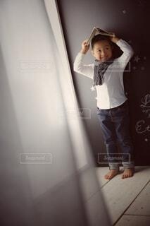 子供部屋,本 男の子 少年 カーテン はにかみ 人物 シャツ ジーンズ キッズモデル キッズ スカーフ モノトーン