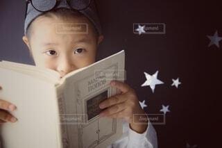 屋内,本,人物,人,モノトーン,赤ちゃん,幼児,少年,テキスト,人間の顔,読書 キッズ 眼鏡 星 手 上目遣い