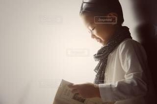 風景,アクセサリー,屋内,本,人物,人,立つ,人間の顔,読書 キッズ 眼鏡 星 手 上目遣い,読書 子供 男の子,横顔 ヴィンテージ  モノトーン モノクロ,勉強 学び 好奇心