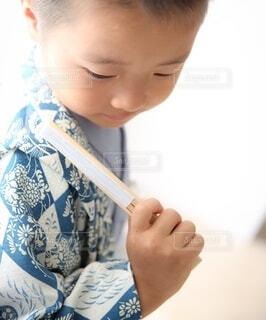 屋内,人物,人,赤ちゃん,幼児,少年,若い,人間の顔,袴 七五三 着物 和風男子 子供 男の子 扇子 ブルー 青
