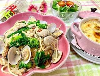 食べ物,食事,テーブル,野菜,皿,パスタ,食器,サラダ,たくさん,料理,魚介類,ファストフード,付け合わせ