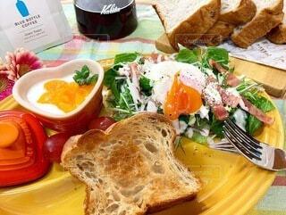 食べ物,食事,朝食,パン,テーブル,トマト,野菜,皿,サラダ,料理,菓子,主食