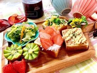 食べ物,テーブル,果物,トマト,サラダ,オープンサンド,おうちカフェ,木目,付け合わせ