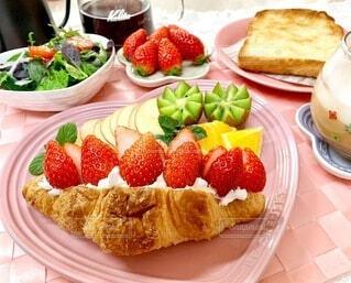食べ物,朝食,いちご,デザート,果物,皿,サンドイッチ,朝ごはん,ベリー,クロワッサン,おいしい,フルーツケーキ,おうちカフェ,菓子,レシピ,イチゴ,ペストリー