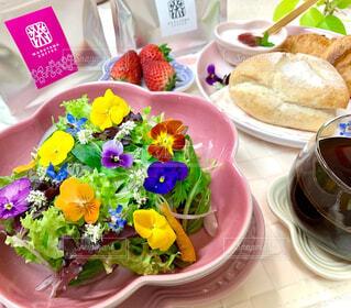 食べ物,カフェ,花,コーヒー,ランチ,テーブル,皿,リラックス,サラダ,おうちカフェ,ドリンク,おうち,ライフスタイル,おうち時間,おうちコーヒー