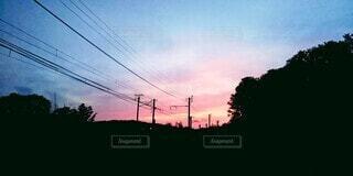 空,屋外,太陽,雲,夕焼け,夕暮れ,紫,線路,影,シルエット,樹木,電線,グラデーション