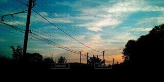 空,屋外,太陽,雲,夕焼け,夕暮れ,線路,影,シルエット,街,樹木,電線