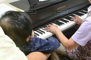 ピアノの鍵盤の上に座って男 - No.811029
