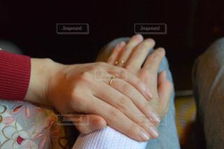 手を重ねるカップルの写真・画像素材[1630072]