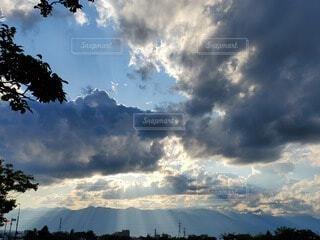 自然,空,屋外,太陽,雲,夕暮れ,幻想的,葉,山,景色,光,樹木,隙間,日中