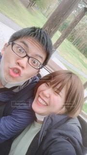 笑顔の妻と変顔の夫の写真・画像素材[4659316]