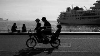 空,自転車,屋外,モノクロ,船,水面,通り,車両,黒と白
