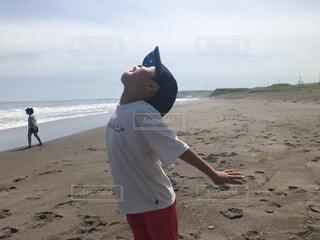 子ども,自然,風景,海,空,夏,鳥,屋外,砂,ビーチ,雲,砂浜,波,散歩,水面,海岸,男,子供,見上げる,遊ぶ,人物,人,カモメ,地面,こども,男の子,爽快,外遊び,はしゃぐ,バード,よろこぶ,おとこの子