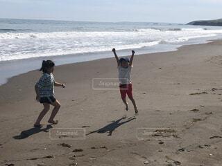 子ども,自然,風景,海,空,屋外,砂,ビーチ,雲,砂浜,ジャンプ,波,散歩,水面,海岸,人物,人,地面,砂遊び,子供達,はしゃぐ,よろこぶ