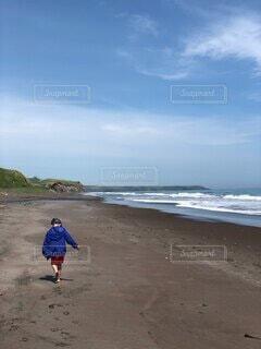 子ども,自然,海,空,屋外,ビーチ,雲,晴れ,青空,砂浜,歩く,波,散歩,海岸,子供,後姿,幼児,水遊び,男の子,探検,砂遊び,くも