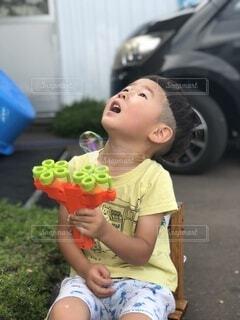 子ども,食べ物,夏,屋外,男,子供,シャボン玉,見上げる,遊ぶ,人物,外,人,おもちゃ,たくさん,こども,幼児,少年,男の子,若い,感動,しゃぼんだま,外遊び,少し,おとこの子