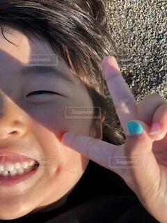 ネイル,砂,砂浜,景色,子供,女の子,少女,人物,外,人,笑顔,ピース,爪,ドアップ,おんなの子