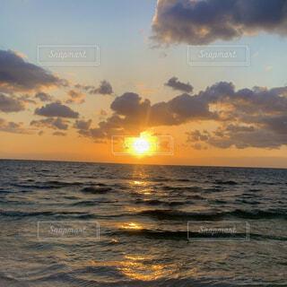 海から日の出の写真・画像素材[4128619]