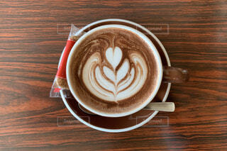 食べ物,カフェ,コーヒー,テーブル,マグカップ,カップ,エスプレッソ,カフェオレ,ラテ,フラットホワイト,ココア,ミルクティー,コーヒー牛乳,カフェイン,ホットチョコレート,飲料,モカ,アールグレイ,ホワイトコーヒー,マキアート,コーヒー カップ,コーヒー飲料,カフェインドリンク