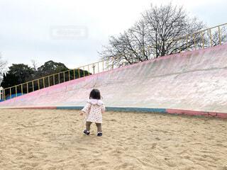 子ども,風景,空,公園,木,屋外,ビーチ,歩く,少女,人物,人,赤ちゃん,地面,幼児,遊具,砂場,遊び場