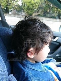 ヘアスタイル,髪,青,車,髪型,子供,人物,人,幼児,車中,ドライブ,耳,寝癖,ヘアー,ねぐせ,人間の顔