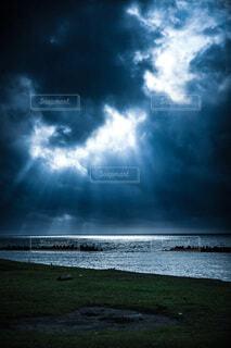 海,空,秋,太陽,緑,雲,水,海岸,光,草,曇り空,天使の梯子,青色,暗め