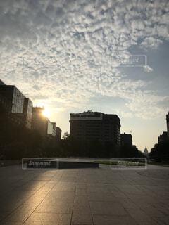 風景,空,公園,建物,夕日,屋外,太陽,朝日,雲,アメリカ,景色,朝焼け,樹木,都会,道,高層ビル,ワシントン,黄昏,明るい,日の入,いわし雲,鰯雲,議事堂