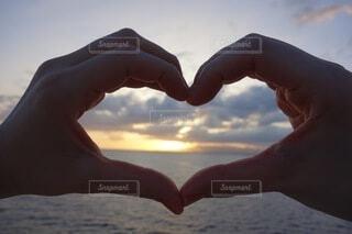 夕陽を眺める2人の写真・画像素材[4141723]