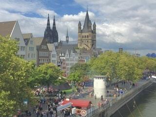 ヨーロッパの城と建物の前を歩く人の写真・画像素材[4145784]