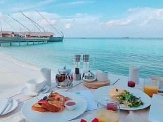 海とテーブルの上の朝食の写真・画像素材[4148831]