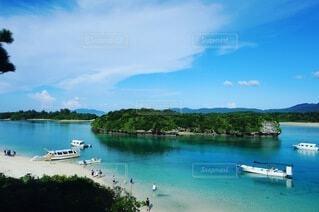 海に浮かぶ島とボートの写真・画像素材[4151165]