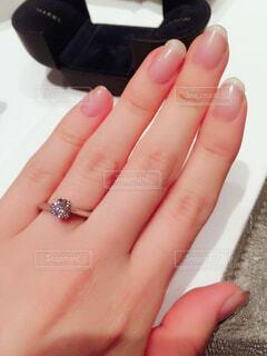 ネイル,アクセサリー,屋内,手,指,結婚指輪,人物,人,リング,婚約指輪,爪,ダイヤモンド,マニキュア,ジュエリー,プロポーズ,ネイルケア