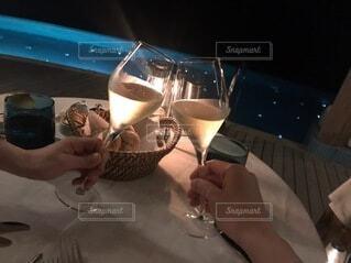 2人,食べ物,食事,ディナー,屋内,ガラス,人物,人,食器,ワイン,グラス,カクテル,乾杯,ドリンク,シャンパン,デート,シャンパングラス,ワイングラス,ナイトプール