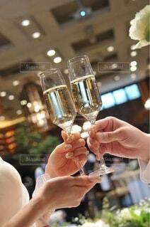 ネイル,屋内,手,結婚式,ガラス,指,人物,人,食器,ワイン,乾杯,ドリンク,シャンパン,アルコール,シャンパングラス,ブライダルネイル,飲料,ワイングラス