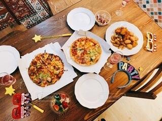 食べ物,飲み物,テーブル,皿,食器,料理,誕生日,ドリンク,パーティー,木目,出前,ポテト,宅配,ホームパーティー,テイクアウト,ファストフード,ピザ,ナゲット,デリバリー,お持ち帰り,誕生日パーティー