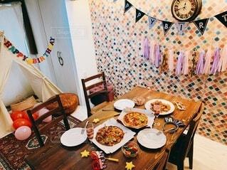 食べ物の皿が乗ったダイニングテーブルの写真・画像素材[4191073]