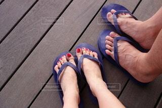 ウッドデッキの上に立つカップルの足元の写真・画像素材[4204642]