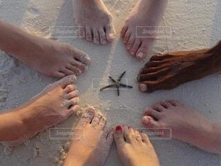 砂浜の上の足の写真・画像素材[4204742]
