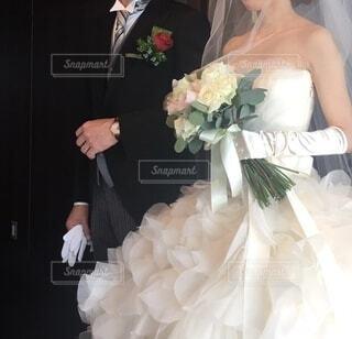 ウェディングドレスを着た人とブーケの写真・画像素材[4204803]