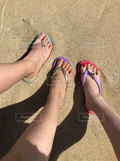 砂浜の上の足の写真・画像素材[4204817]