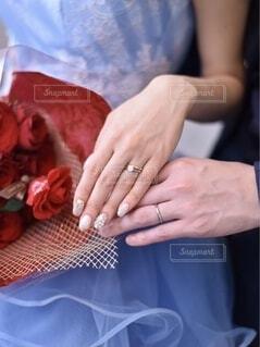 結婚指輪をした2人の写真・画像素材[4320598]