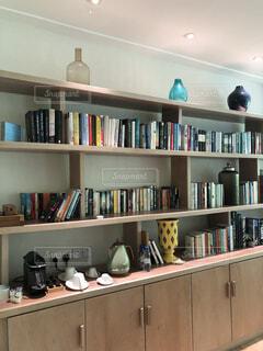 本でいっぱいの本棚の写真・画像素材[4371156]