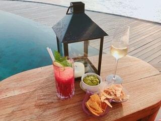 プールサイドでシャンパンと軽食の写真・画像素材[4376707]