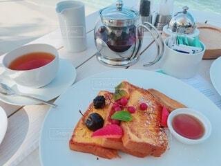 テーブルの上のフレンチトーストの写真・画像素材[4379891]